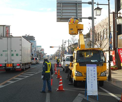 県道の標識、街路灯